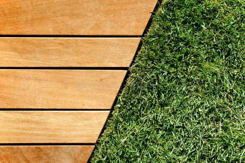 Madeira e grama divididas por uma diagonal foto de stock royalty free