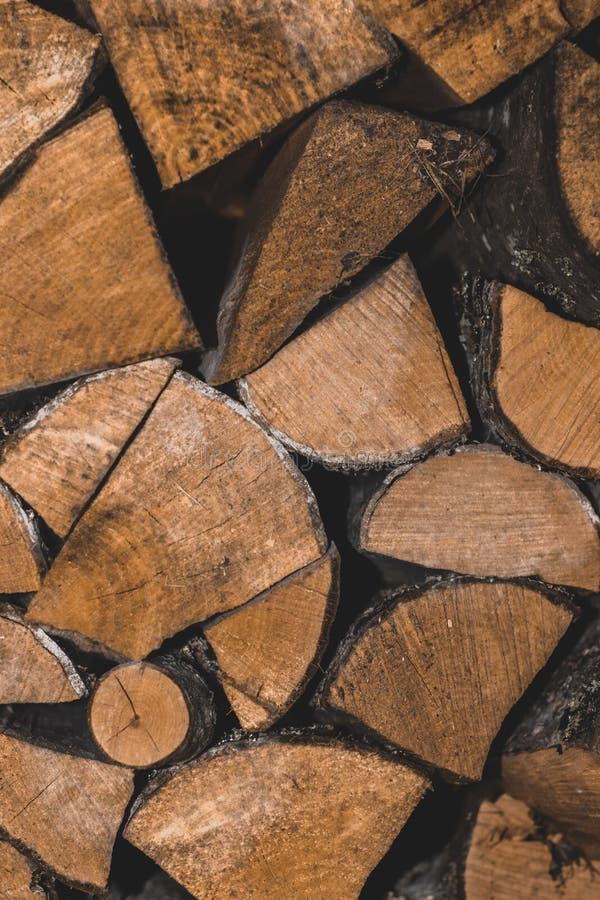 A madeira empilhada registra o ontop de se backround imagens de stock royalty free