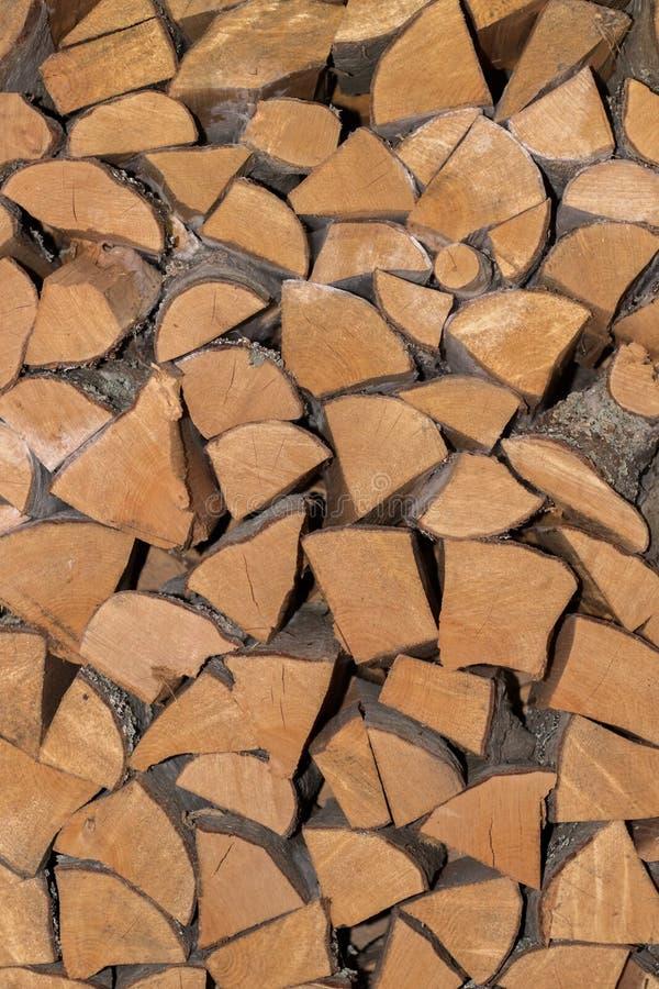 A madeira empilhada registra o ontop de se backround imagens de stock