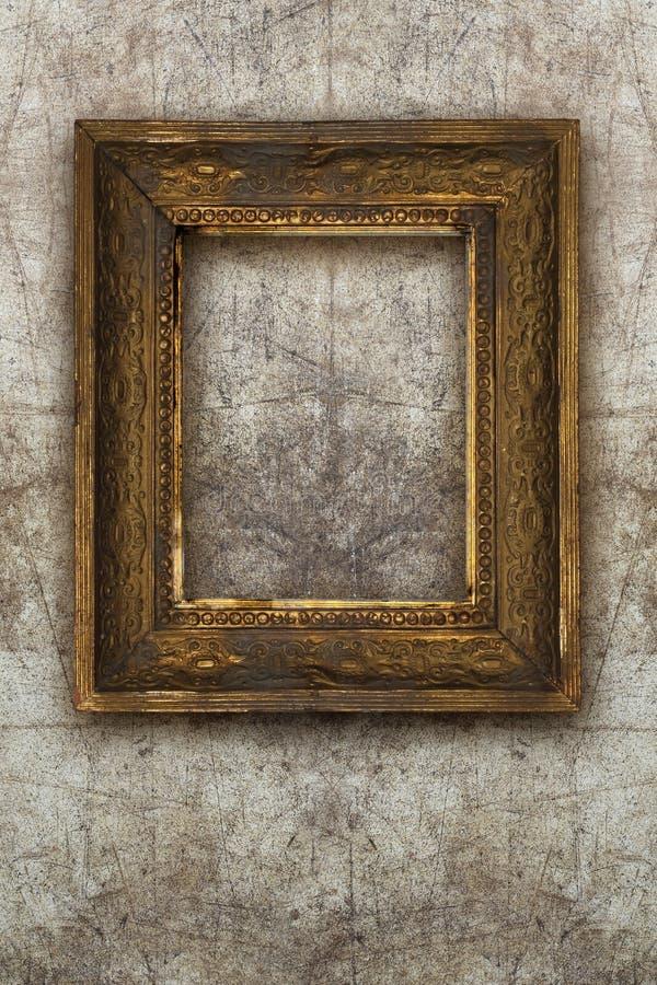 A madeira feito a mão da moldura para retrato velha na parede arruinou o fundo foto de stock royalty free