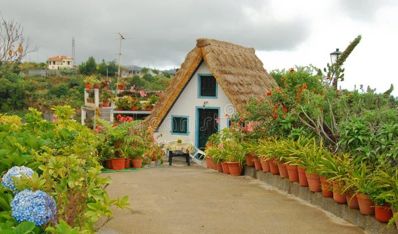Madeira haus stockfoto bild von blumen portugal for Haus in madeira
