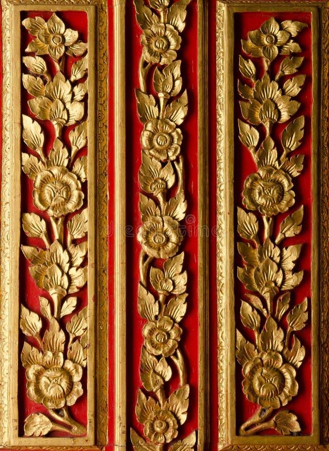 A madeira implora o teste padrão na porta no templo fotografia de stock royalty free