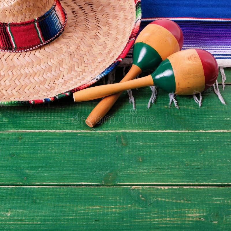 Madeira mexicana do verde do sombreiro do fundo de madeira do de Mayo do cinco de México fotos de stock