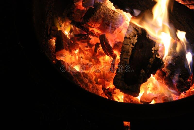 Madeira no fogo e nas brasas imagens de stock