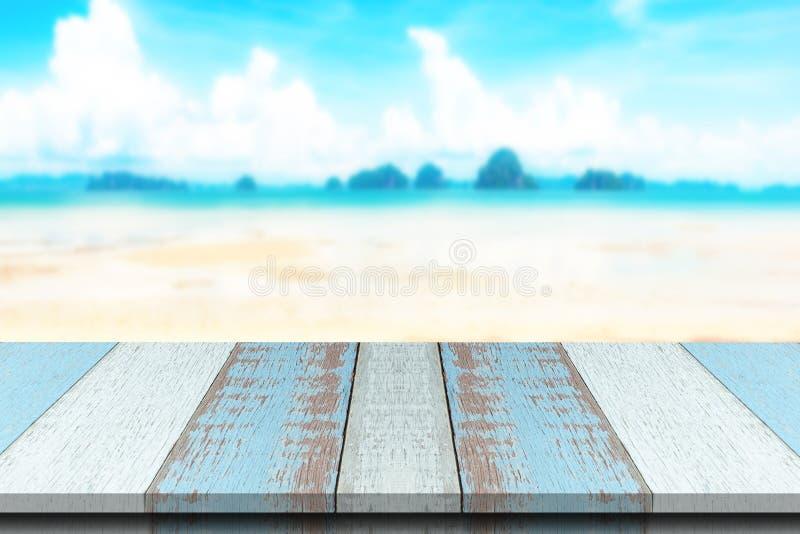 Madeira ou tampo da mesa da prancha com fundo da praia e da água do mar do verão foto de stock royalty free