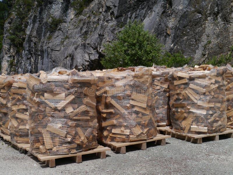 Madeira para o placein do fogo as montanhas de Suíça fotografia de stock