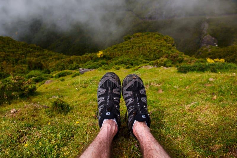 26 05 2017 madeira Portugal Mężczyzna ` s iść na piechotę z Salomon wycieczkuje buty dalej fotografia stock