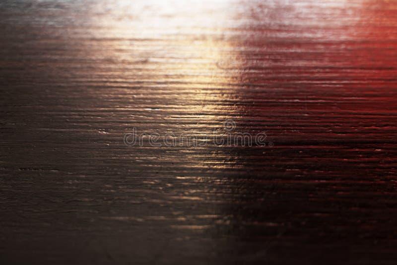 Madeira preta com fundo de superfície textured claro vermelho fotografia de stock royalty free