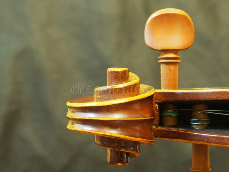 A madeira principal do violino e o instrumento de música da corda retro inspiram a opinião do furo de pino imagem de stock