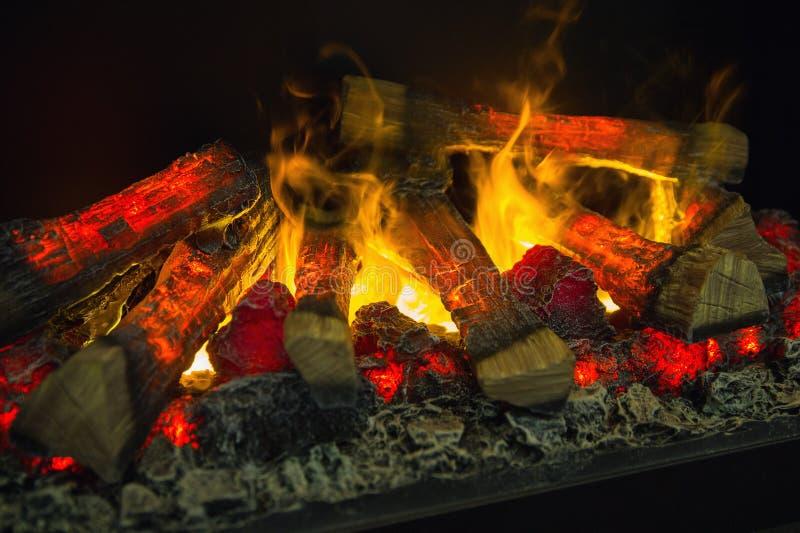madeira que queima-se no close up da chamin? imagem de stock