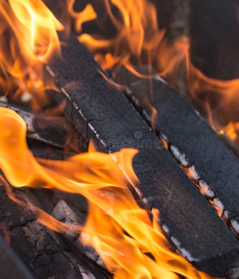 Madeira que queima-se no fogo - fundo foto de stock royalty free