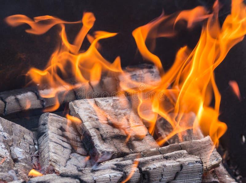 Madeira que queima-se no fogo - fundo imagem de stock royalty free