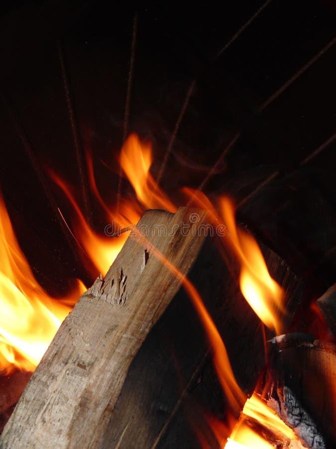 Madeira que queima-se no incêndio foto de stock