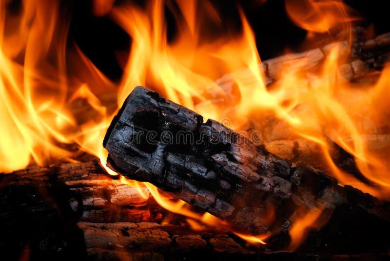 A madeira queima-se no incêndio imagem de stock