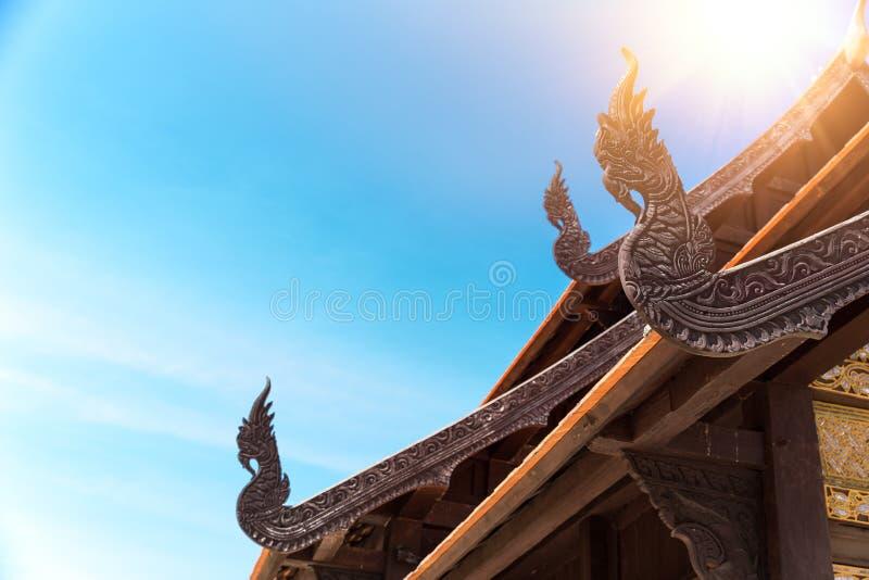 Madeira tailandesa antiga do Naga da arquitetura das artes do templo foto de stock
