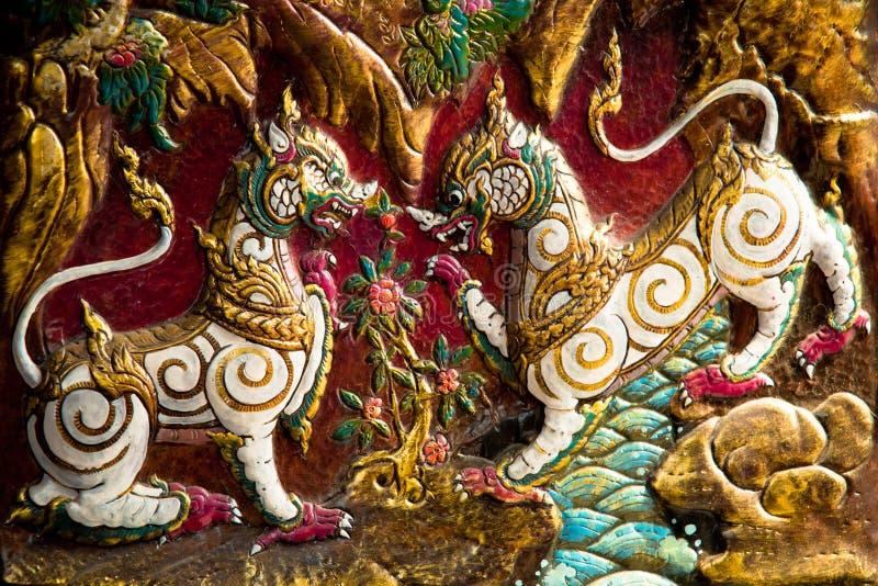 Madeira tailandesa nativa do estilo que cinzela em um templo fotos de stock royalty free