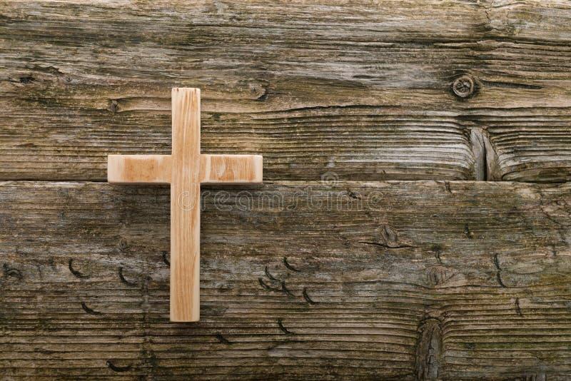 Madeira velha transversal cristã na cristandade de madeira do fundo foto de stock