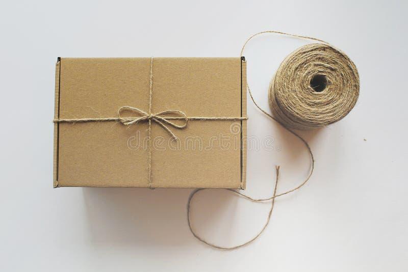 Madeja de la caja de regalo del arte de la cuerda imagenes de archivo
