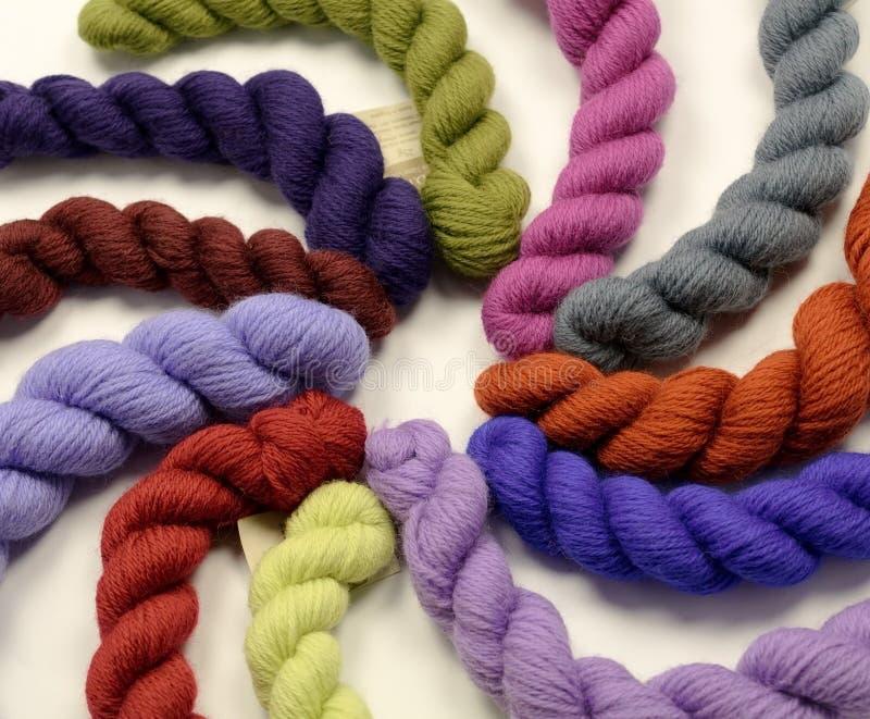 Madejas de hilados coloreados imagen de archivo