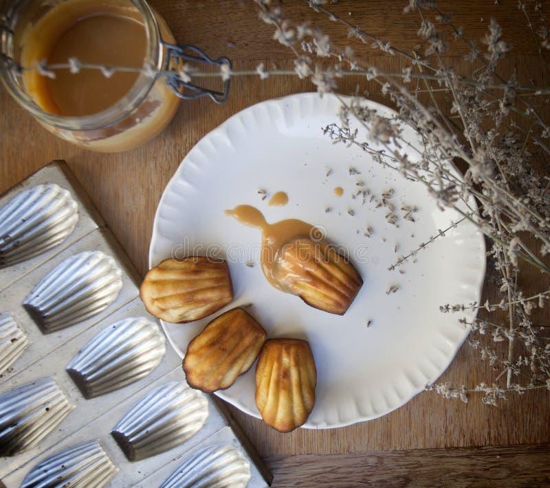 Madeleines franceses del postre con caramelo de nata imagen de archivo