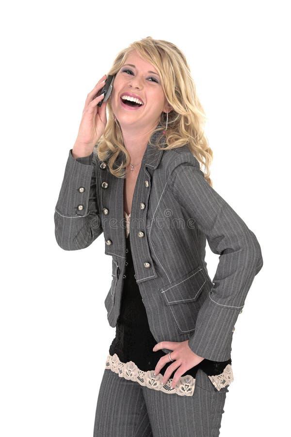 Madelien que ríe sobre el teléfono imagen de archivo