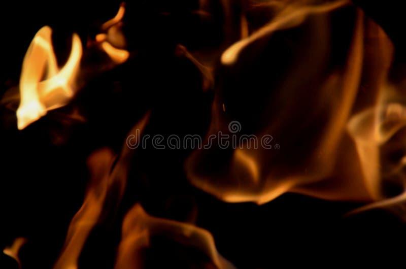 Madera ardiendo en una forma borrosa, como abstracción imagen de archivo libre de regalías