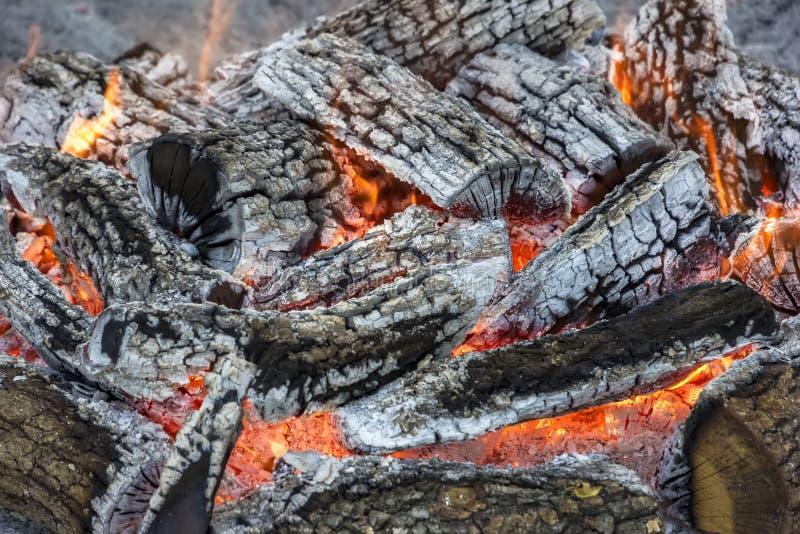 Madera ardiente cierre foto de archivo libre de regalías