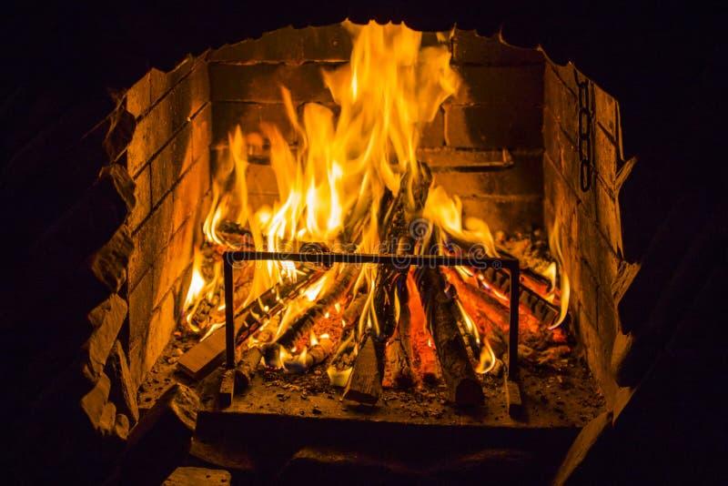 Madera ardiente en lugar abierto del fuego Llamas rojas en la chimenea fotos de archivo