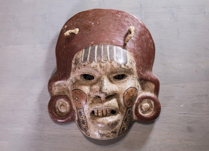Madera azteca maya mexicana y máscara de cerámica imágenes de archivo libres de regalías
