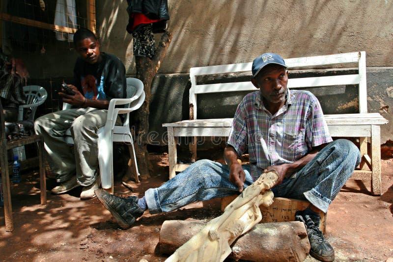 Madera-Carver negro africano, taller de trabajo del arte fotografía de archivo libre de regalías