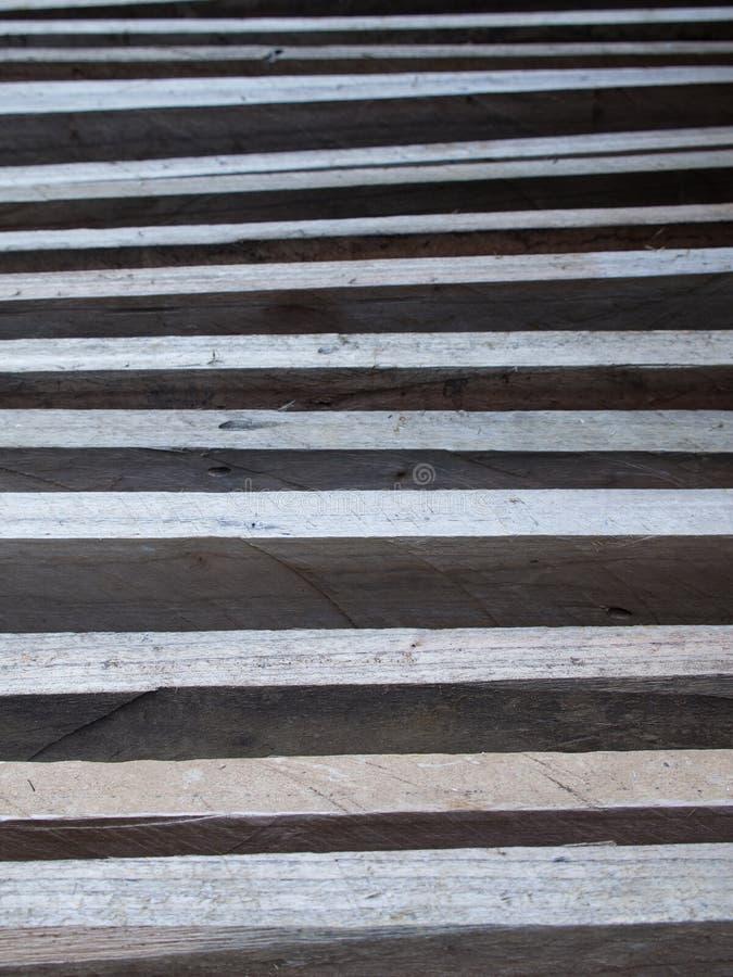Madera de construcción de la madera dura puesta en fila imagenes de archivo
