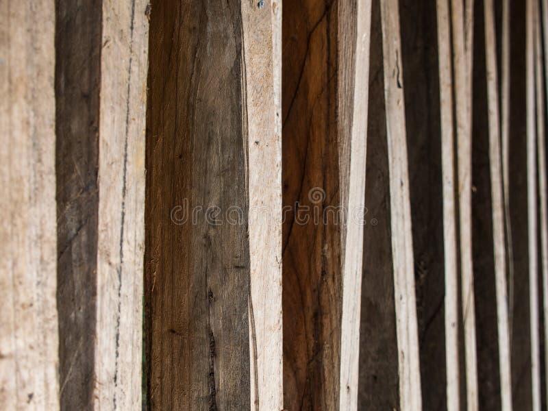 Madera de construcción de la madera dura puesta en fila fotografía de archivo
