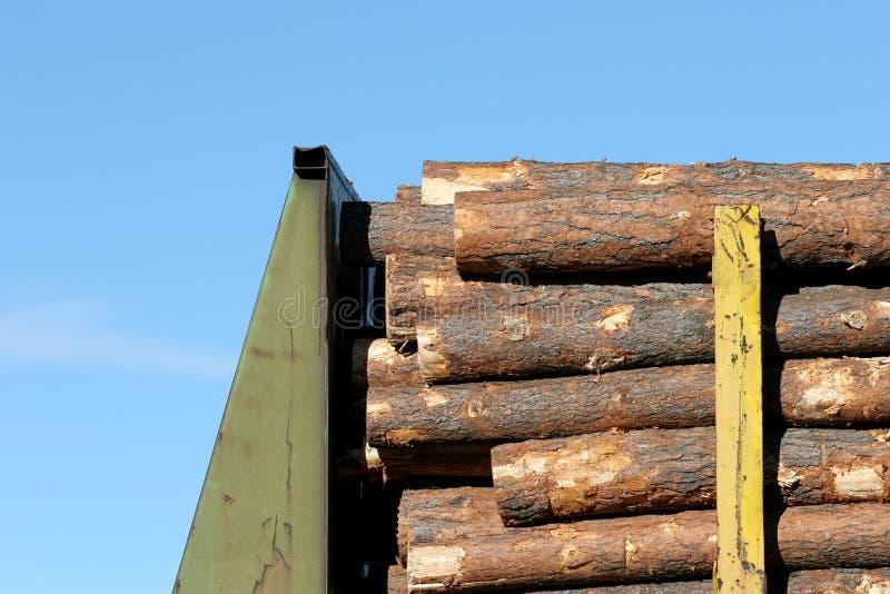 Madera de construcción en el tren fotos de archivo libres de regalías