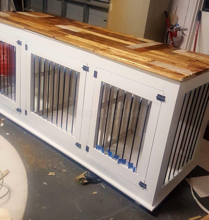 Madera de la perrera del perro a la medida fotos de archivo libres de regalías