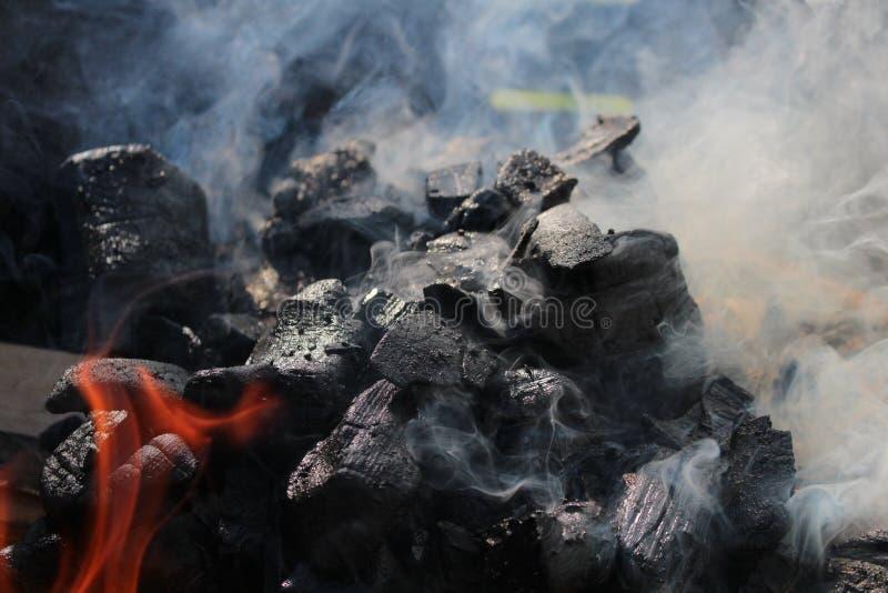 Madera de la quemadura en oscuridad imagen de archivo libre de regalías
