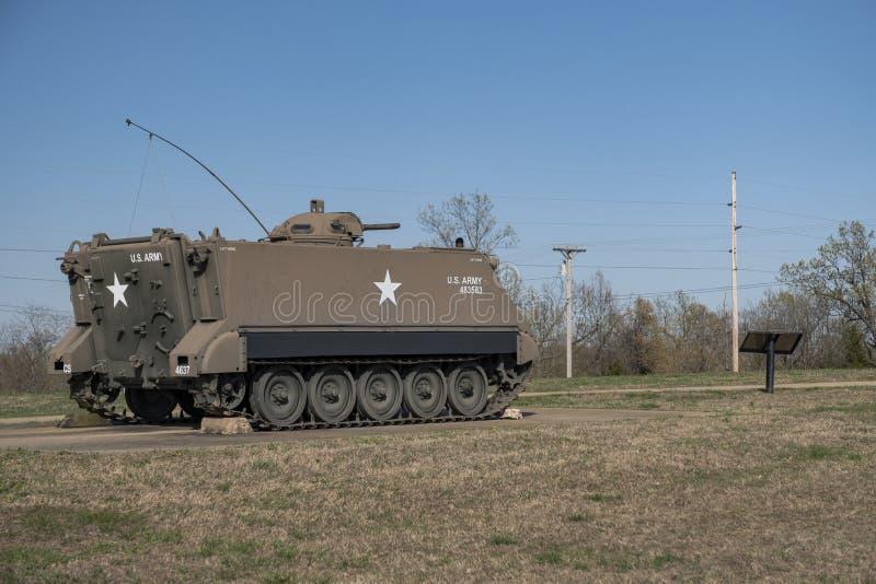 MADERA DE LEONARD DEL FUERTE, MES 29 DE ABRIL DE 2018: Vehículo blindado de transporte de personal del vehículo militar imagen de archivo libre de regalías