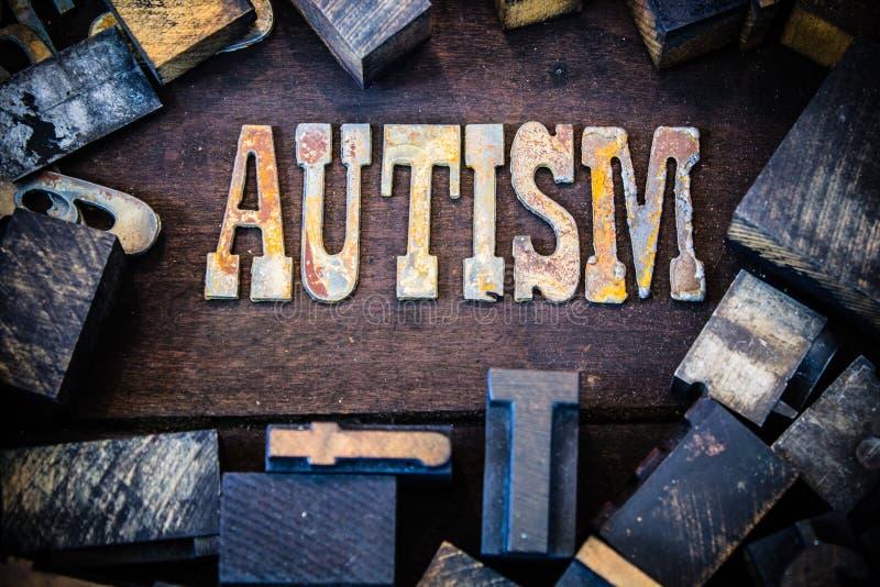 Madera del concepto del autismo y letras aherrumbradas del metal fotos de archivo
