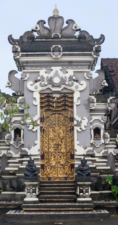 Madera del templo de Beautifu y puerta decorativa de piedra con los modelos y las esculturas asiáticos tradicionales imágenes de archivo libres de regalías