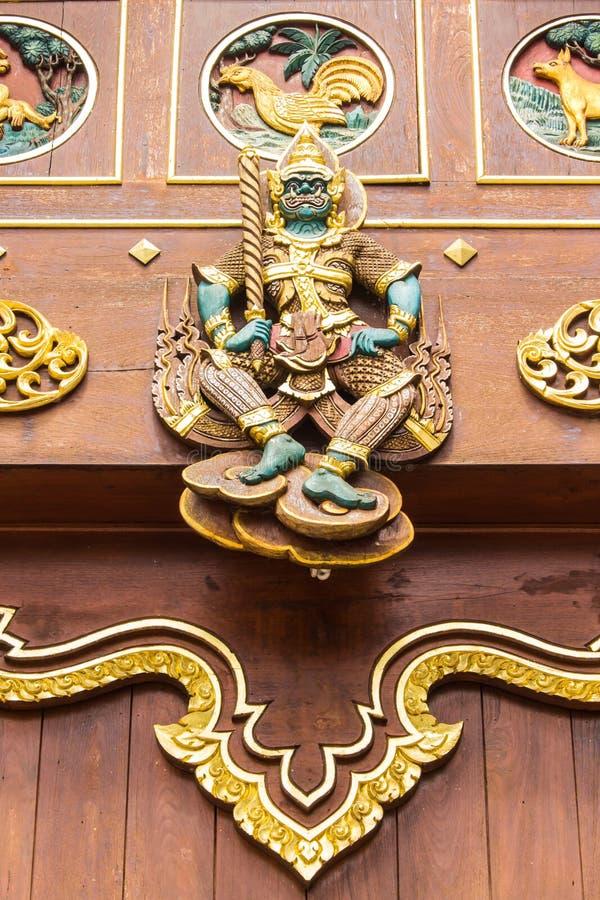 Madera gigante tailandesa que talla en capilla de la teca imagen de archivo