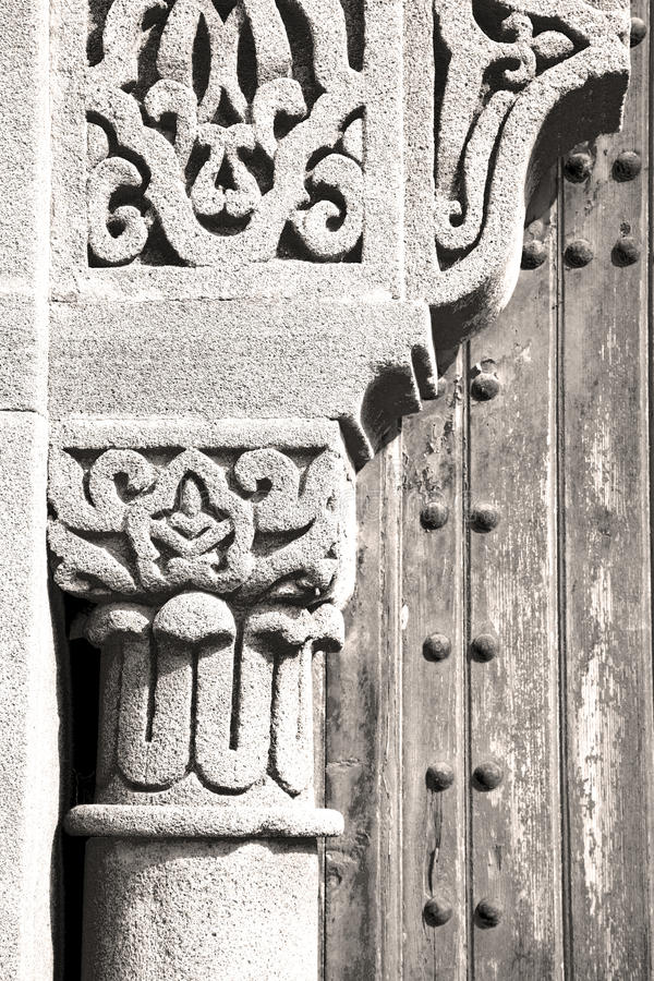 madera histórica del clavo de la puerta vieja de Marruecos imagen de archivo libre de regalías