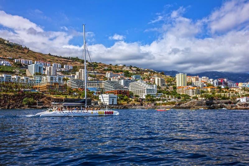 Madera jacht blisko Funchal plaży, Portugalia obraz stock