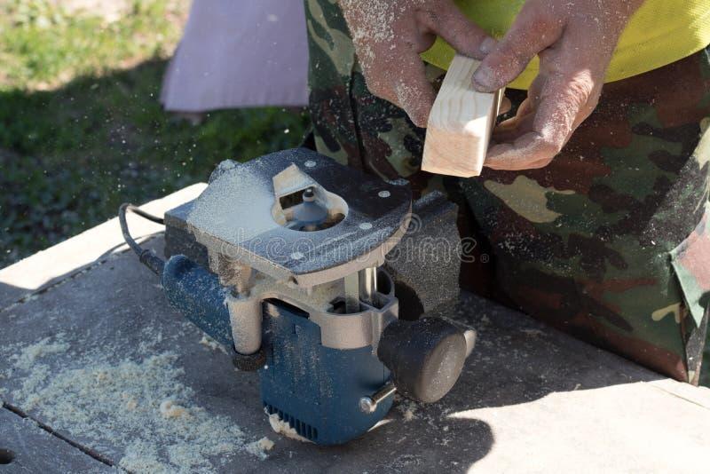 Madera que procesa en una máquina que enmarca, fotografía de archivo