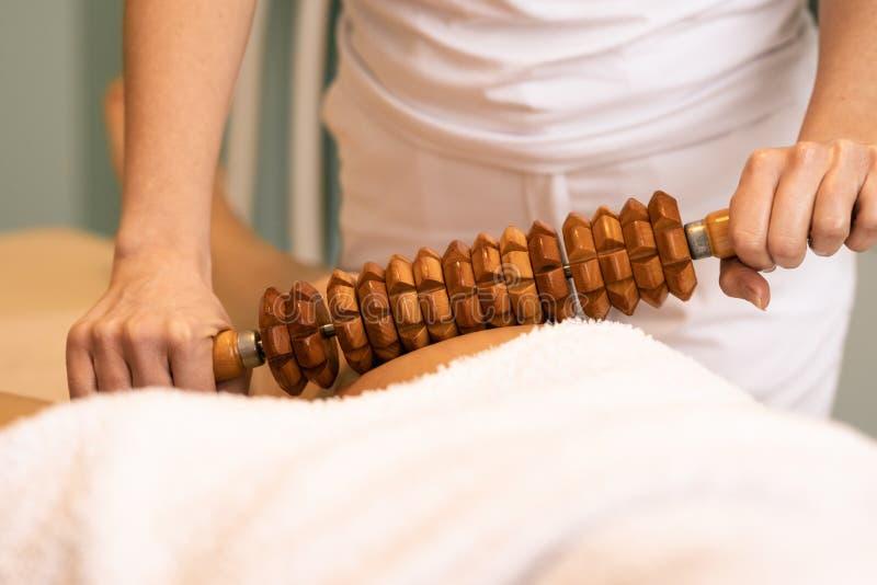 Maderotherapy massage med träkavlen royaltyfri foto