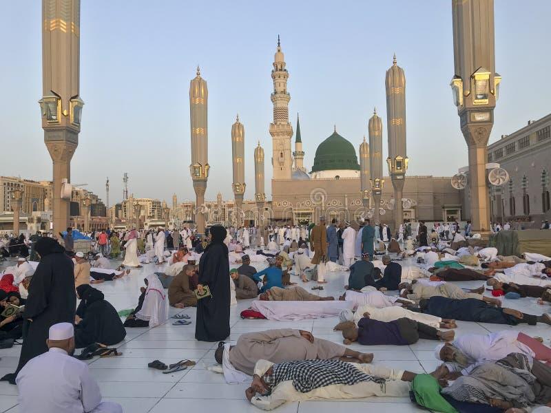 MADINA, KONINKRIJK VAN SAOEDIGER ARABIË-26 MEI 2019: Een groep Moslimpelgrims neemt een rust tijdens Ramadan het vasten maand royalty-vrije stock afbeelding