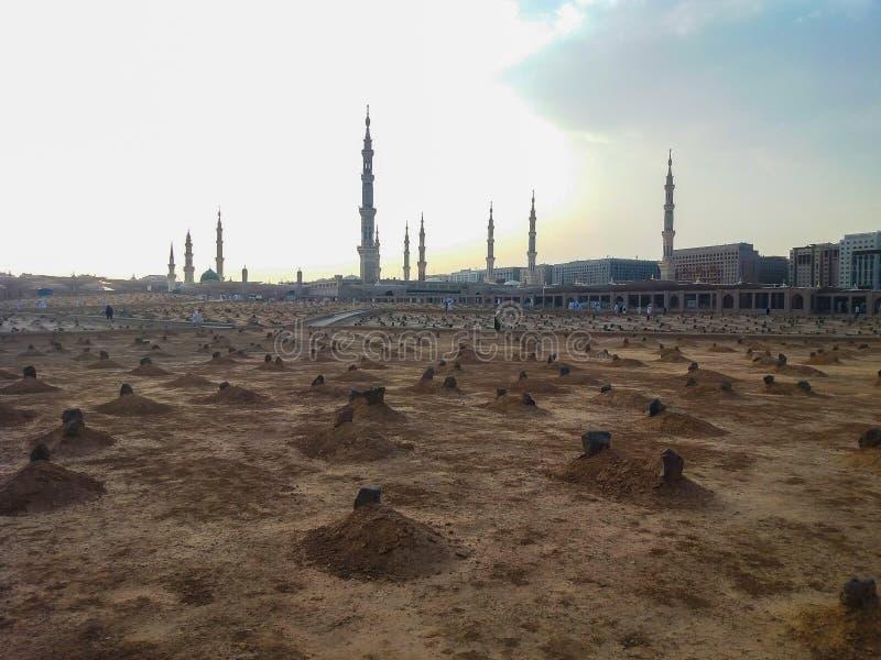 Madinah, la Arabia Saudita marzo de 2019, musulmanes en el cuadrado de la mezquita de Mohamed del profeta en el al-Munawarrah de  foto de archivo