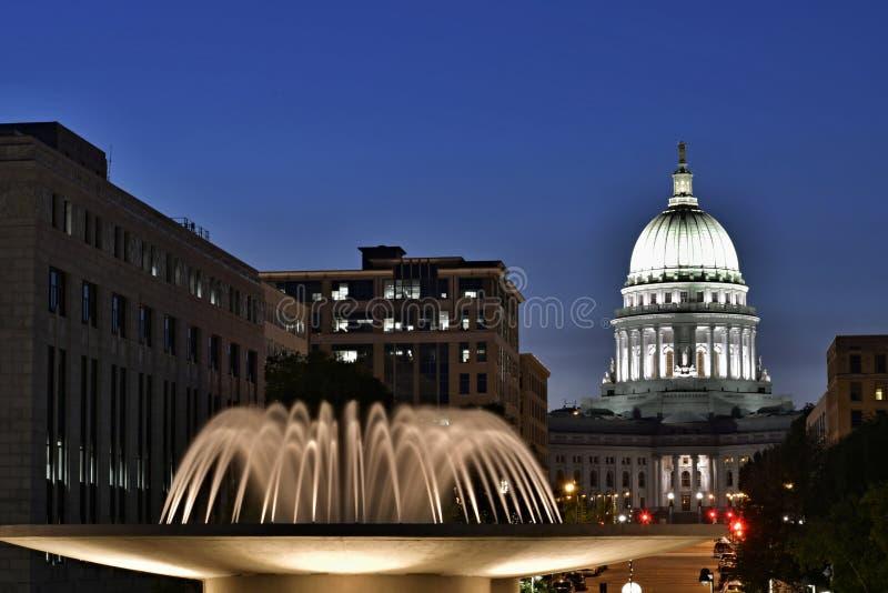 Madison, Wisconsin, de V.S. Nachtscène met de hoofdbouw en verlichte fontein in de voorgrond stock afbeeldingen