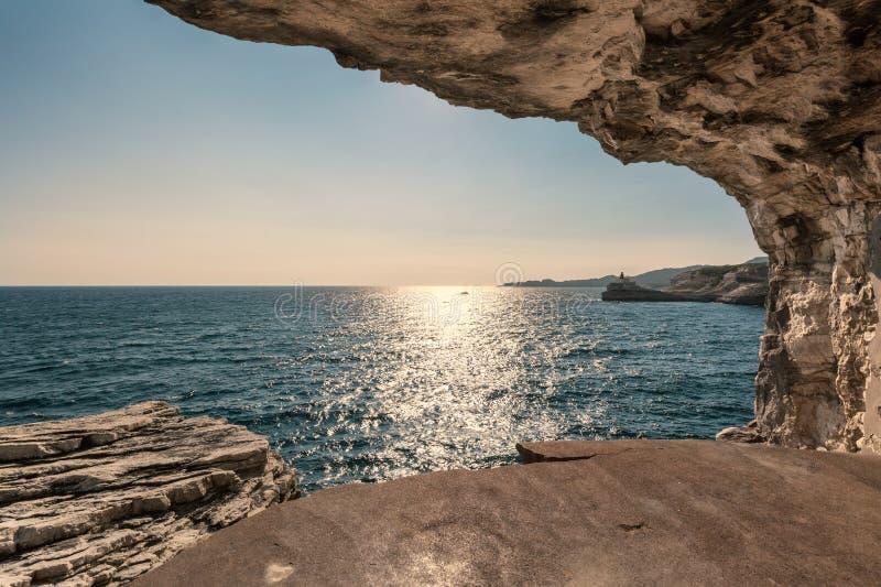 Madonettavuurtoren bij ingang aan Bonifacio-haven in Corsica stock fotografie