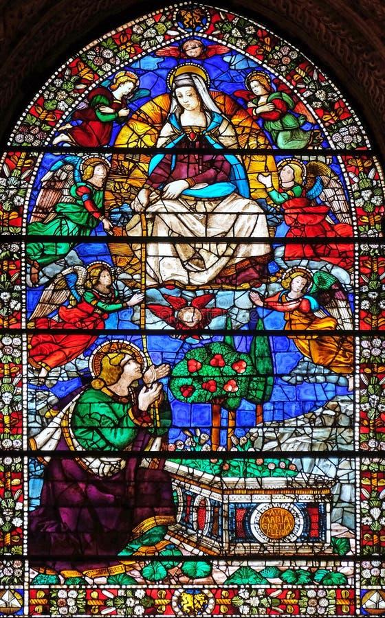 Madonna давая ее пояс St. Thomas, витражу в церков повести Santa Maria во Флоренс стоковые фотографии rf