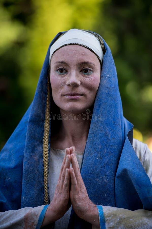 Madonna chorando Artista holandês que executa durante o festival internacional de estátuas vivas, Bucareste, Romênia, em junho de imagens de stock