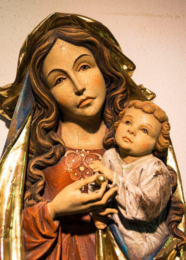 Madonna com criança cinzelou em uma haste de madeira fotografia de stock royalty free